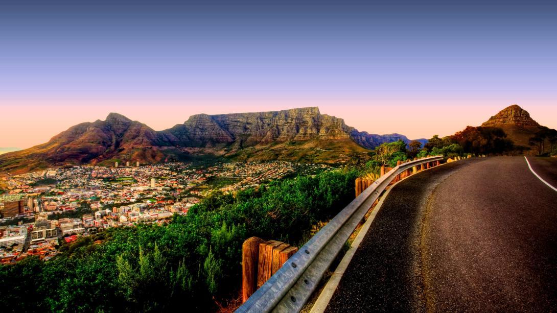 Utsikten från berget Signal Hill där man kan se det kända landmärket i Taffelberget i Kapstaden, Sydafrika.